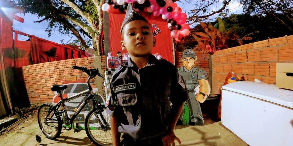 Peterson Thobyas é fã da Polícia Militar e fez amizades com policiais no seu bairro (Divulgação/Polícia Militar)