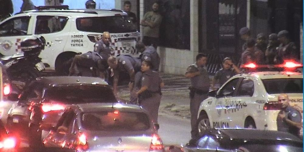 Imagens da chegada da Polícia Militar ao local (Foto: Reprodução / Web)