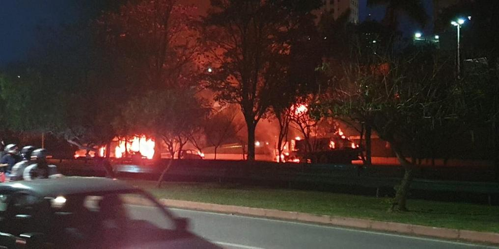 Manifestantes queimam veículos arremessando bombas caseiras ((Bruno Castilho/Arquivo pessoal))