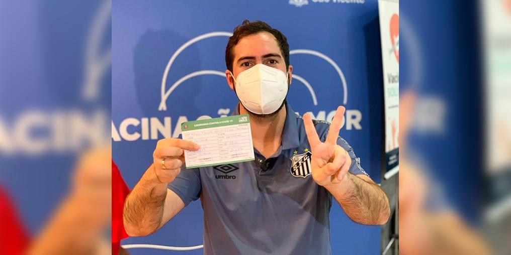 Prefeito de São Vicente comemorou a imunização na noite de terça-feira (14) (Divulgação)
