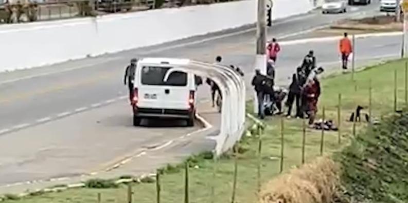 Van da Prefeitura de Ubatuba é flagrada deixando moradores de rua em estrada (Foto: Reprodução/ Pitty Passos)