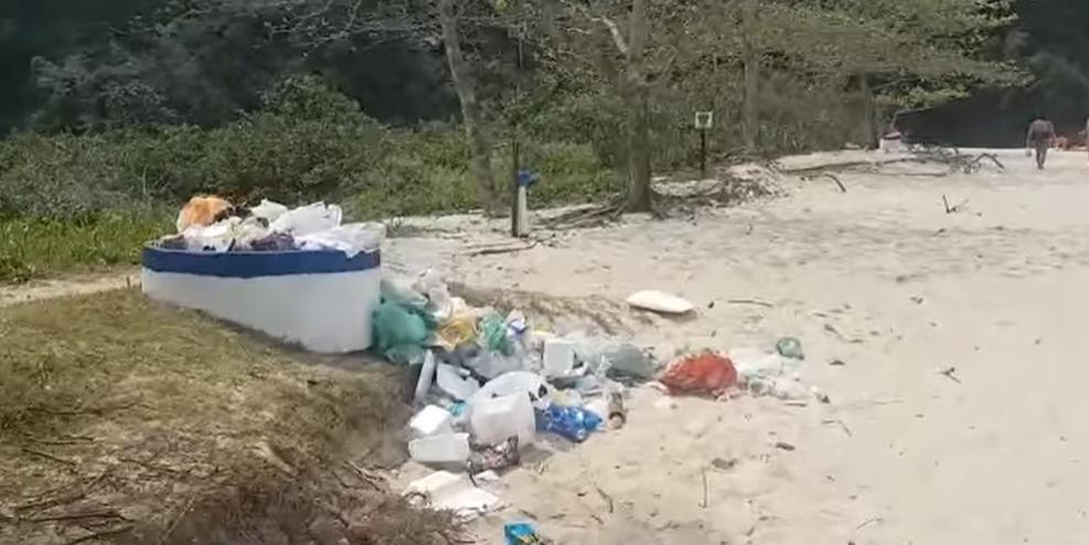 Lixo deixado na praia da Juréia, em São Sebastião (SP) (Foto: Reprodução Facebook)