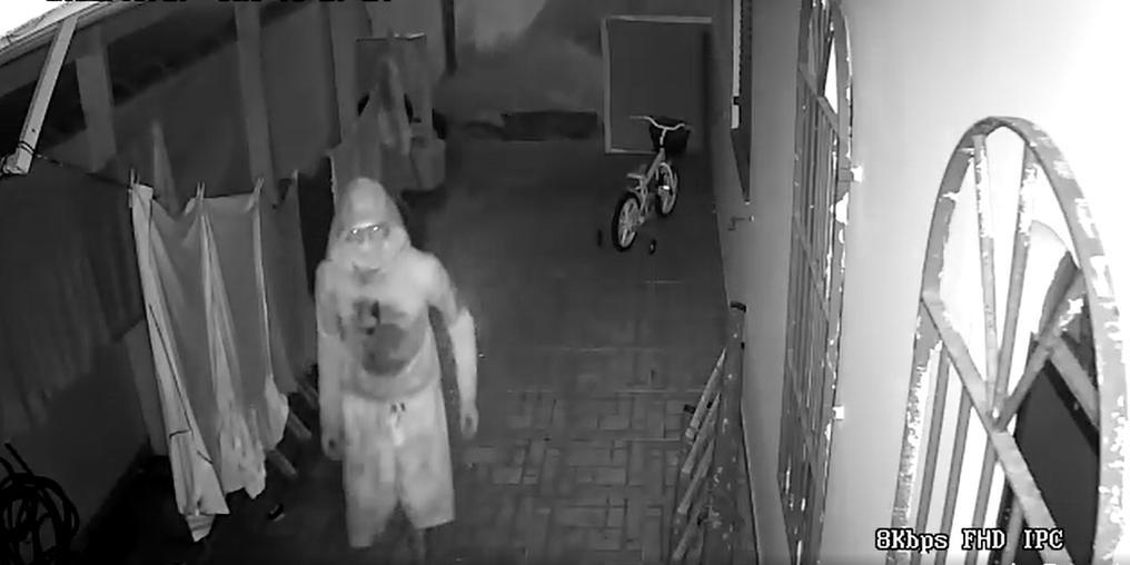 Ladrão chupa-cabra: homem é flagrado roubando residência em Peruíbe (SP) (Imagem: Reprodução Facebook - Maah Pio)