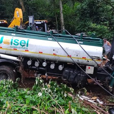 São Sebastião multa em R$ 50 mil empresa do caminhão tombado na Rio-Santos