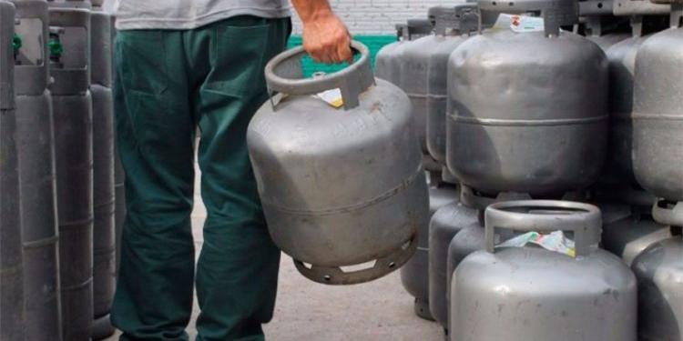 Com segundo aumento em menos de dois meses, botijão de gás de cozinha chega a R$ 135 em algumas regiões do país, segundo levantamento da ANP (Imagem: reprodução web)