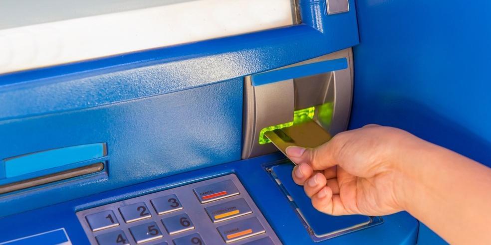 Idosa aceitou ajuda de estranho após ter cartão bloqueado. Golpista retirou R$ 5 mil da conta da vítima (Ilustração/Freepik)