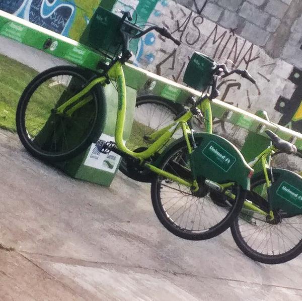 Vândalos têm roubado os bancos das bicicletas em Santos