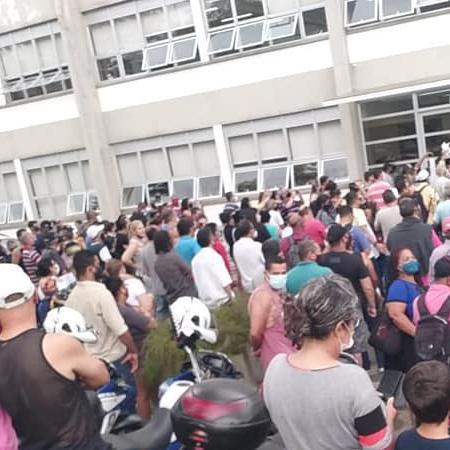 Dezenas de moradores protestaram em frente à Prefeitura de Mogi das Cruzes na sexta-feira